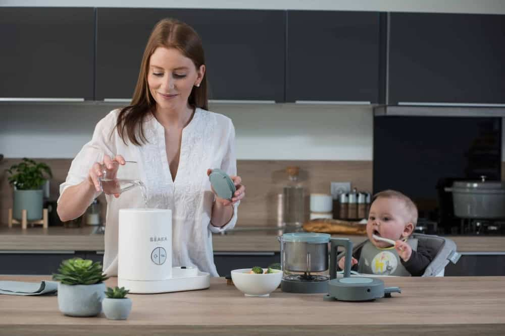 mom and baby using beaba babycook neo cloud