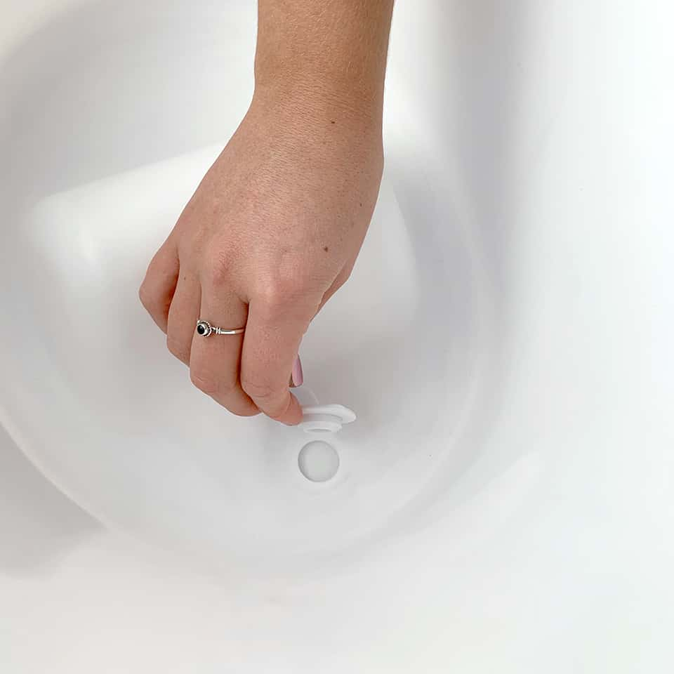 Beaba by Shnuggle Quick release drain in Baby bath