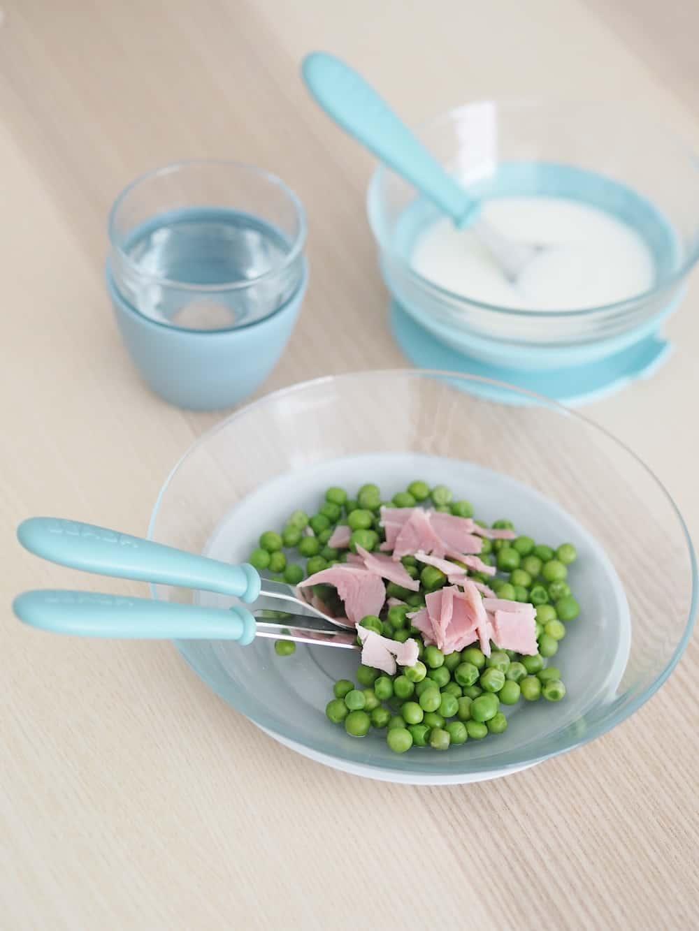 Beaba 3-Piece Glass Suction Baby Feeding Set Rain on Kitchen Table With Food